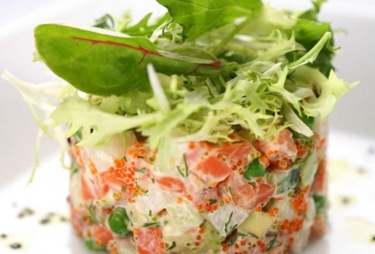 Салат с семгой и морепродуктами