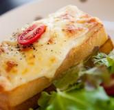 Тосты с ветчиной сыром и помидорами