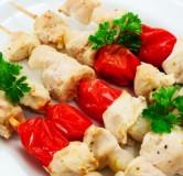 2.Шашлычки из куриного филе с беконом и помидорами черри